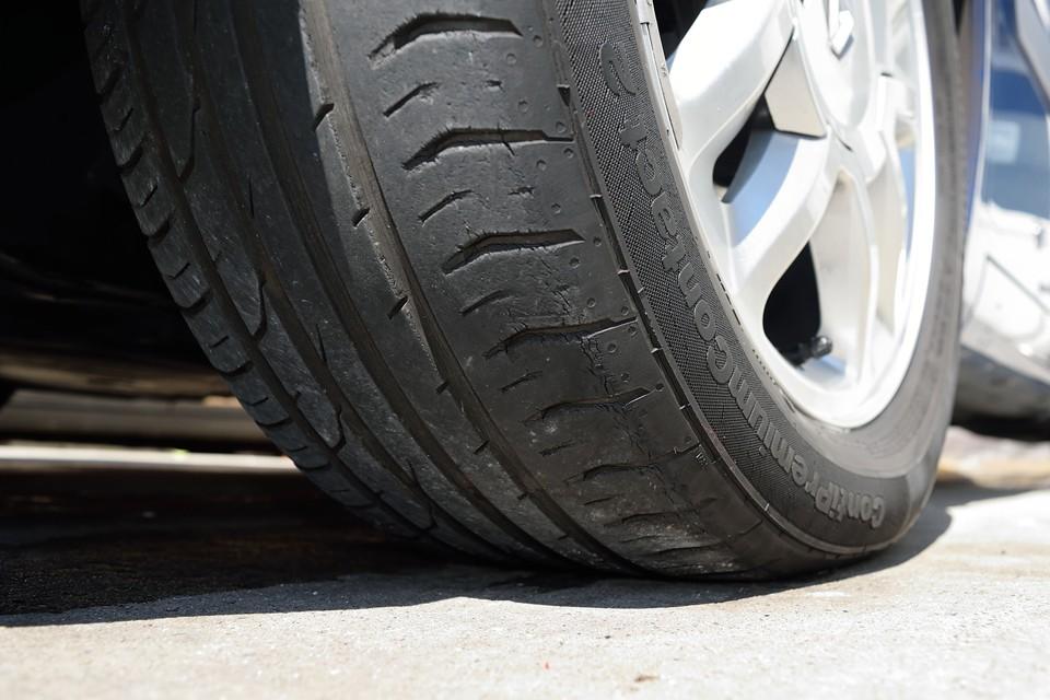 走行少ない事も有り、タイヤは新車時のままのようです。なので、ご覧の通りの山無し、ヒビヒビ状態・・・この状態でお売りするわけにもいきませんので、ご成約いただきましたら新品ミシュランタイヤ4本(工賃込で5~6万円相当)を交換サービスします!・・・言っちゃった(笑)