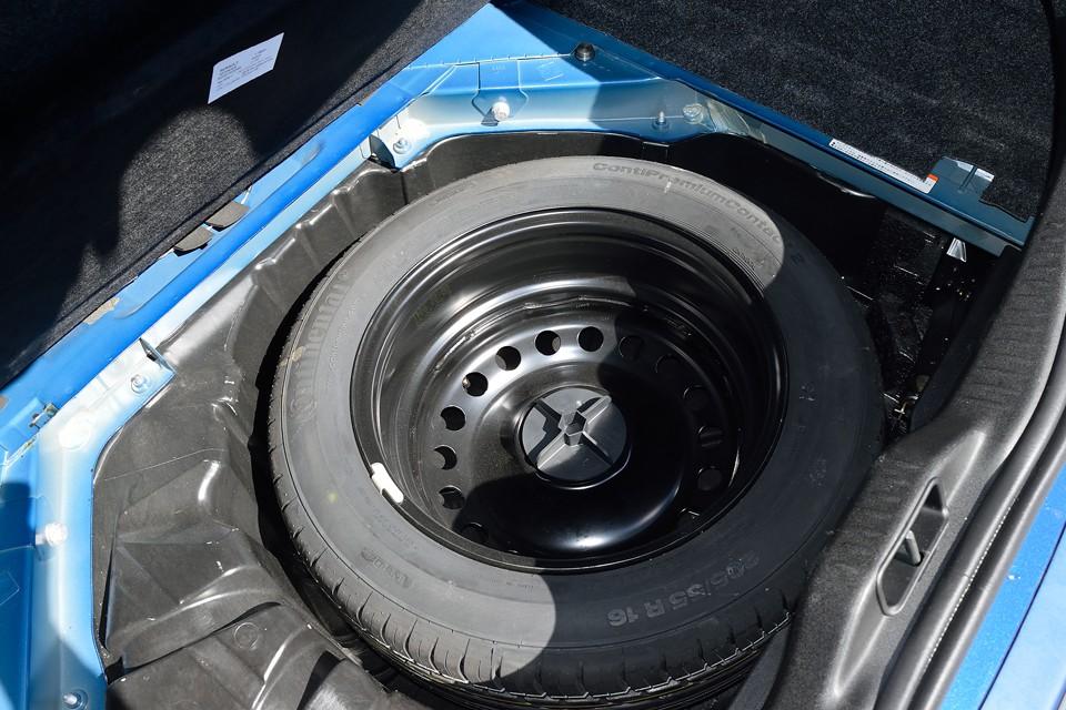 トランクマット下の床面とスペアタイヤです。修復歴はもちろん、汚れも無いのがお判りいただけるかと・・・スペアタイヤも未使用です。