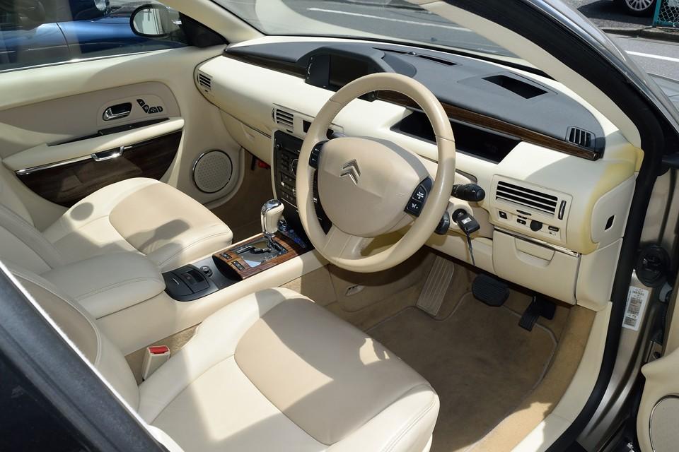 アイボリーで統一されたインテリアはなんともエレガント!アメ車やドイツ車だと白系のインテリアはドヤドヤ系が多く、下品な印象のものもありますが、そうならないのがフランス車!さすがファッションの国ですね。