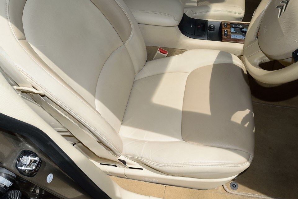 一番使用感のある運転席でこの状態です。もちろん若干のシワはありますが、目立つスレ、汚れが無いのがお分かりいただけると思います。