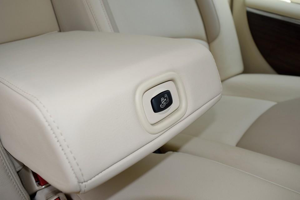 その肘掛にこんなスイッチが・・・これフロント助手席の前後スライドスイッチです。助手席後方に乗る方が操作出来る、いわばVIP専用スイッチ!・・・もしくは助手席嫌がらせスイッチ?!(笑)