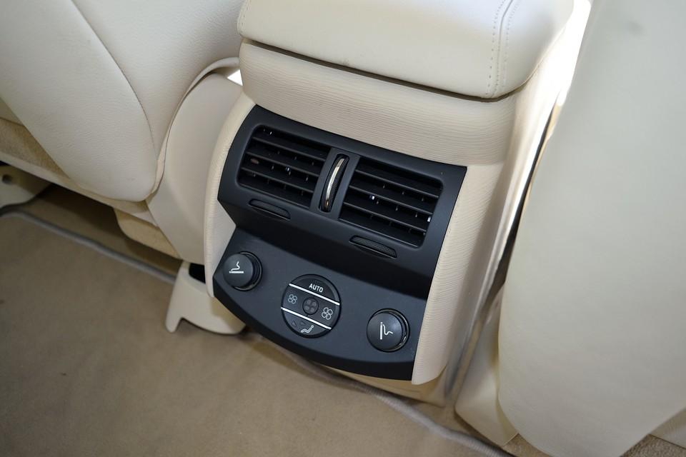 リアシート用の空調も風量、吹き出し口の切り替えが可能なVIP仕様!シガーライター2個は過剰装備だと思いますが・・・(苦笑)