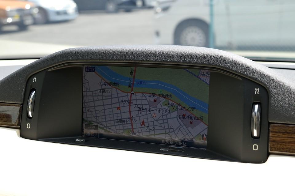 ナビは純正のパイオニア製HDDナビを装備。ミュージックサーバー機能やMP3ディスク、PCカードにも対応。後付のiPhoneアダプターケーブルも装着済なので、iPhoneからの音楽再生、充電も可能です。