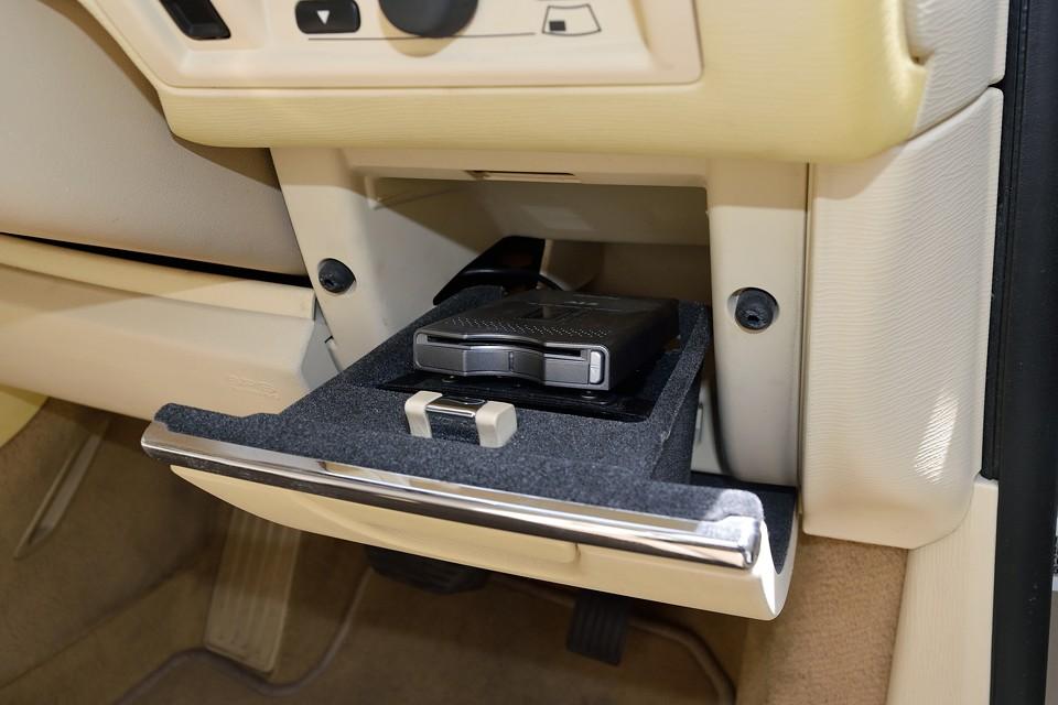 ハンドル右横の小物入れの中に、まるで最初からそれ用のスペースのように、ちょうどピッタリとETCが設置されています。