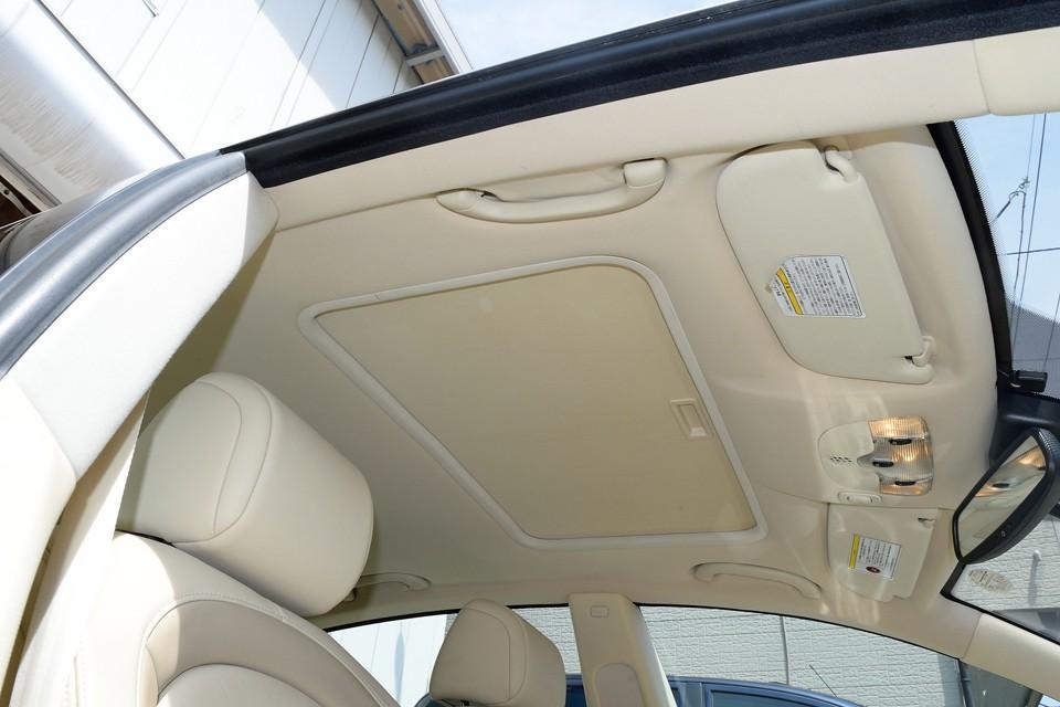 天張りもご覧の通り、キズはもちろん汚れも皆無。本車両はガラスサンルーフも装備のため内側にサンシェードが付きます。良くあるメッシュ生地ではなく、完全に日差しをさえ切るパネル状のシェードです。