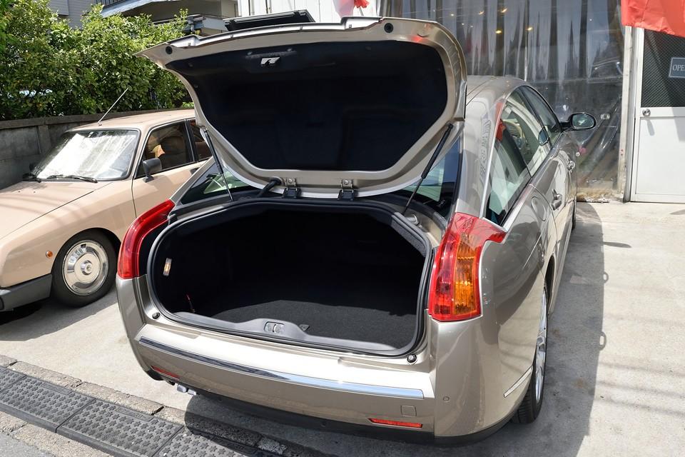逆反りのリアウインドウのおかげで、トランクハッチを開けた時、上部がかなり奥まで開くので、トランク内へのアクセスもしやすい構造です。