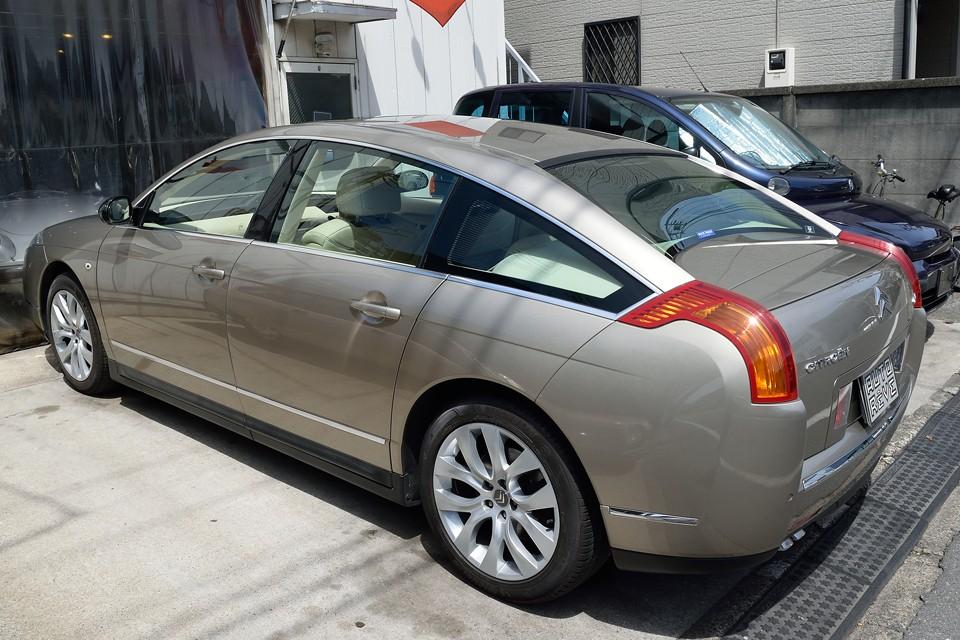 普通コンセプトモデルからは、かなりおとなしくなってしまうのが常の市販車ですが、このC6は、ほぼそのまま・・・。