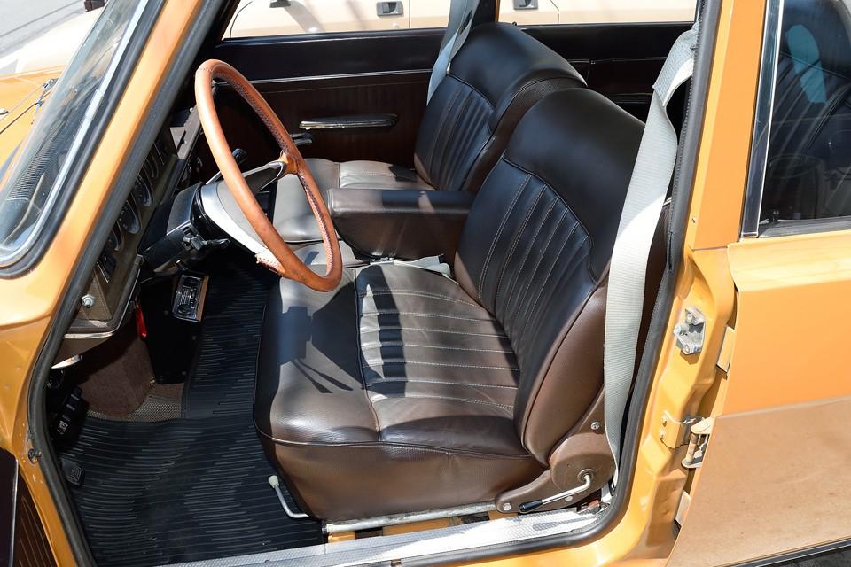 さすがに運転席に使用感はありますが、破れはありません!っていうか、このシート、個人的には、あのDSのシートと甲乙付け難い、絶品シートだと思うのです!