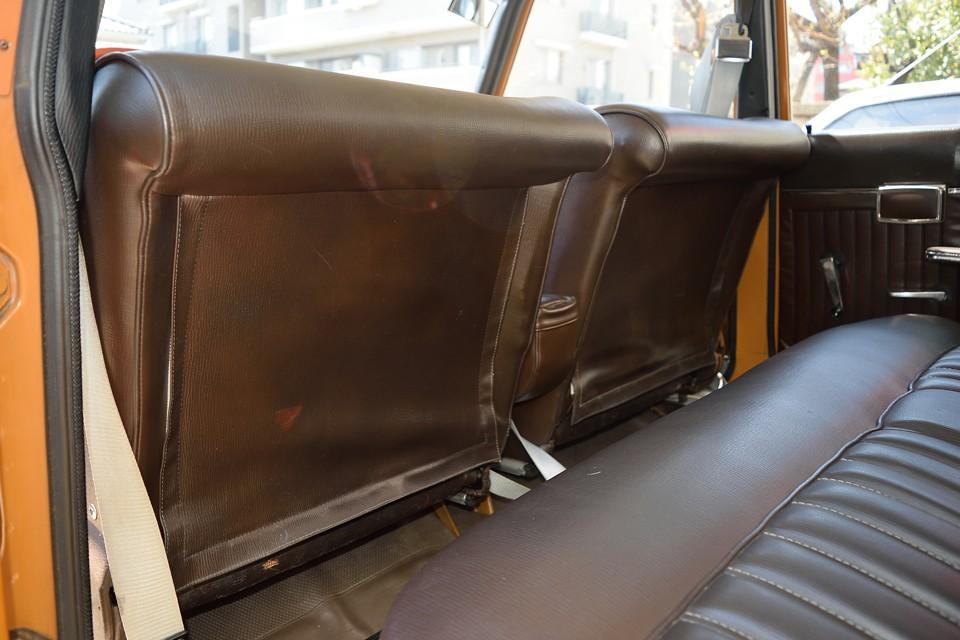 前席背面はこんな形状です。後席の足元のスペースを確保すると同時に、万が一の時に後席乗員の衝撃を吸収するクッションにもなる形状!良く出来てる~!