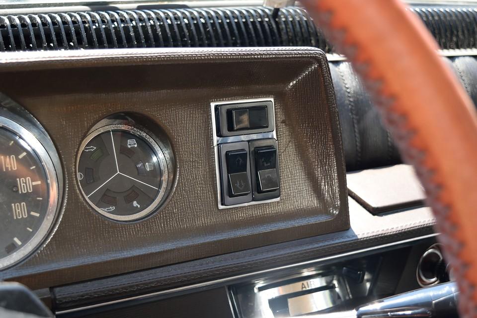そして、な、なんとこの個体、当時のオプション品だったパワーウインドウを装備!スイッチはメーターパネル右端に!