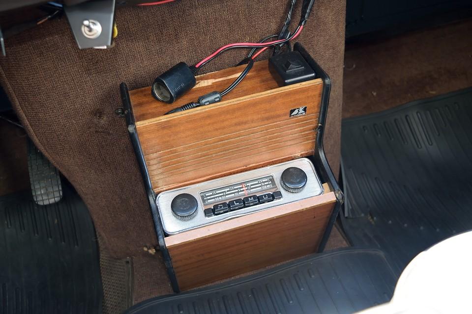 ご覧の洒落た木製オーディオコンソールを装備!オーディオはレトロルックなVW用で、この見た目なのにMP3プレーヤーやスマホ等の外部音源も接続出来るスグレモノ!