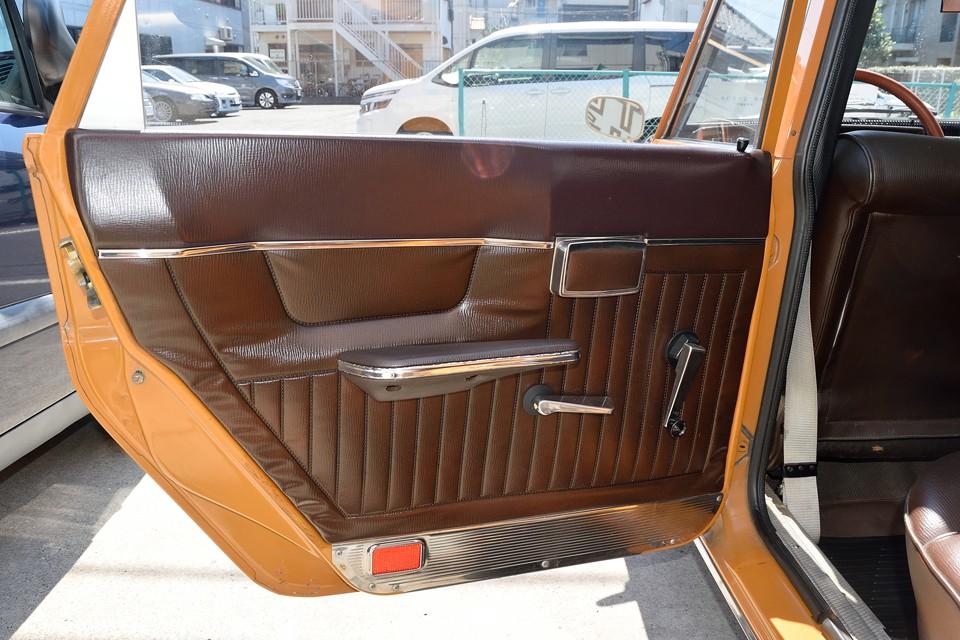 リアドア内張りです。当時の高級車の証、リアドアに灰皿を装備!しかもヒジの部分をわざわざエグッった形状に!これまたコスト度外視の大盤振舞いだぁ~!