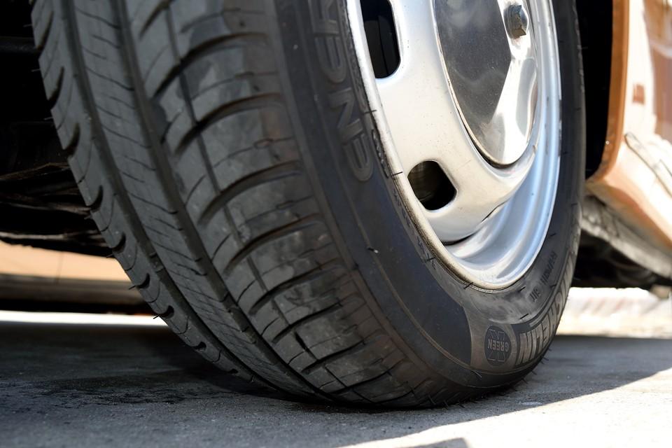 タイヤは現在ご覧の通り残溝もタップリ!8分山というところでしょうか、ヒビ等もありませんので、当分交換の必要はなさそうです。