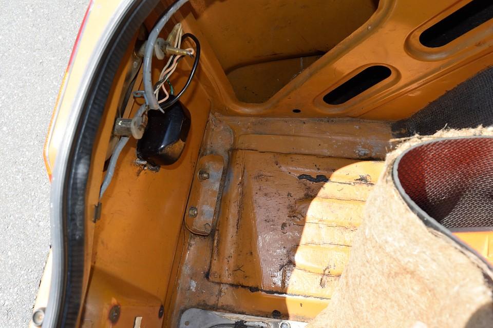 一番錆びやすいトランクマット下の床面です。この状態ならメッチャ安心!修復跡はもちろん、サビも無いのもお判りいただけるかと・・・。
