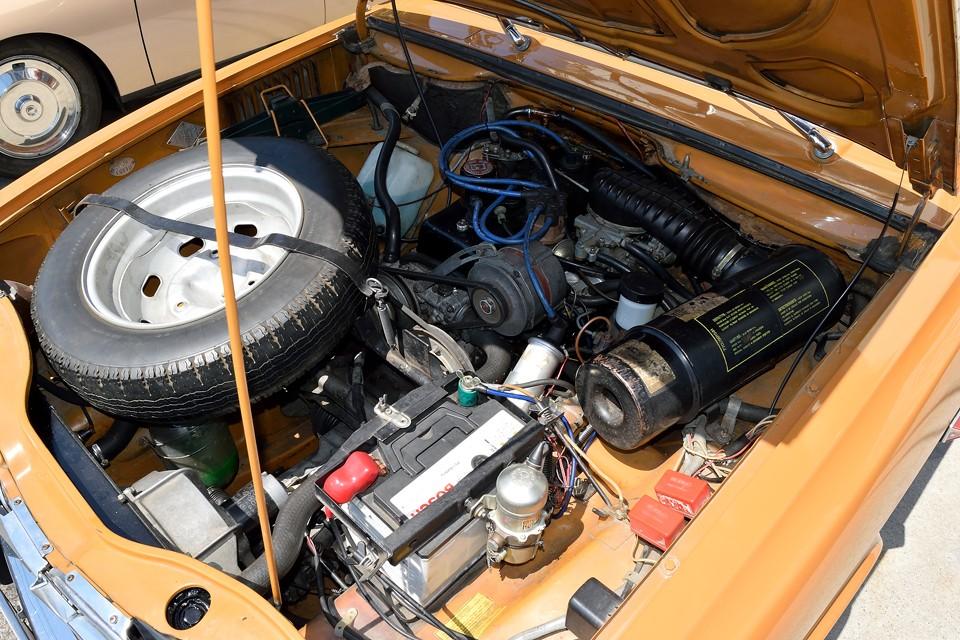 そして、これが、あのアルピーヌA110やロータスヨーロッパにも採用されたことで有名なルノーエンジン!TSグレードに搭載された、この1.6Lエンジンがそのものです。キャトル同様、ミッションが前で、エンジン本体は隠れるほど室内側に!つまり、フロントミッドシップ!