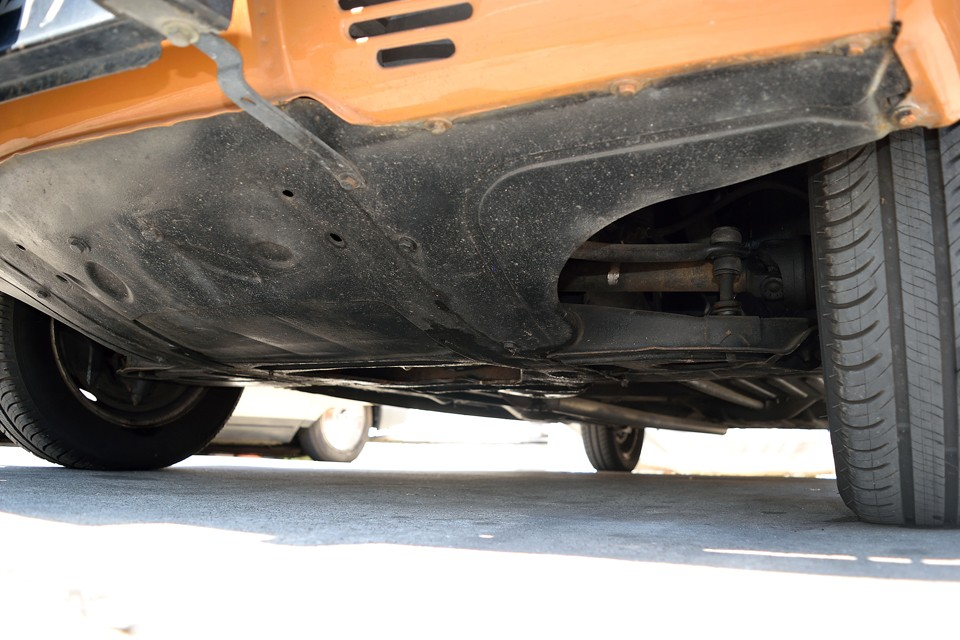 エンジン下面です。旧車の常でオイルにじみ程度はあるようですが、オイル溜まりが出来る様な酷いオイル漏れはありません。ちなみに先月(平成31年3月)にラジエター交換をしたばかり!旧車でありがちな水漏れの心配も解消!これは大きなポイントかと!