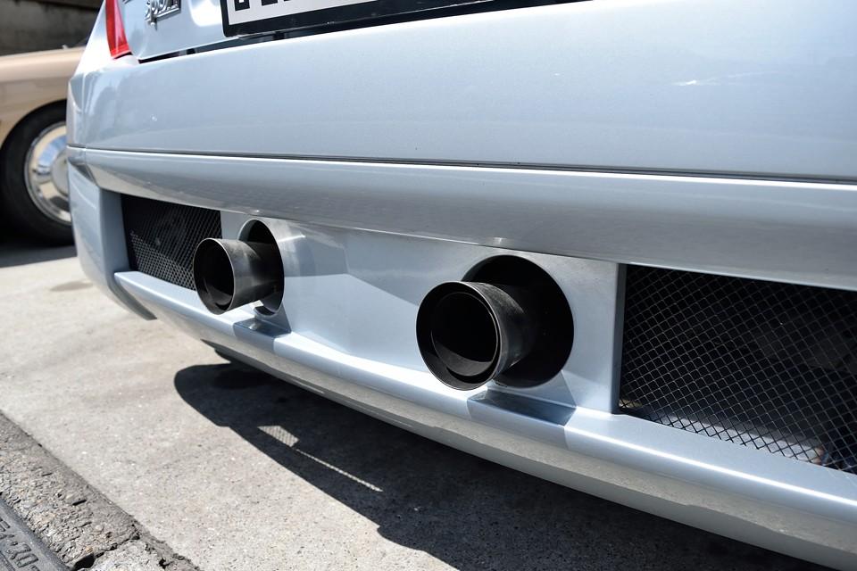 そして、そして、この個体、ルノー車のチューニングでは国内で唯一無二、J-engine製のステンレスマフラーを装備!そのエキゾーストサウンドはアルファロメオの「官能」にも勝るとも劣らない至極の響き!これ、たまらんヤツですぅ~!