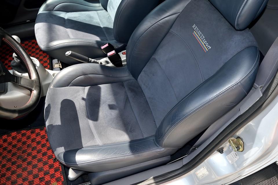 最も使用感の出やすい運転席でこの状態です。左サポート部に若干の使用感はどうしてもありますが、不潔な印象は無く、もちろん破れはありません!