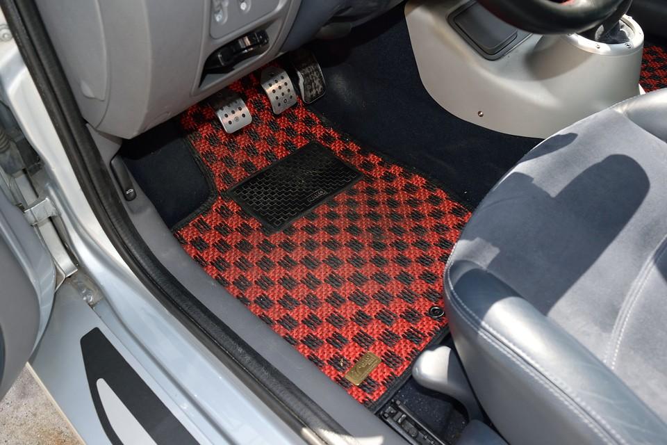 足元にはご覧の赤黒のKARO製マットを装備!ボディ、インテリアともに比較的色味の少ないスポールV6なので、こんな差色は効果的!