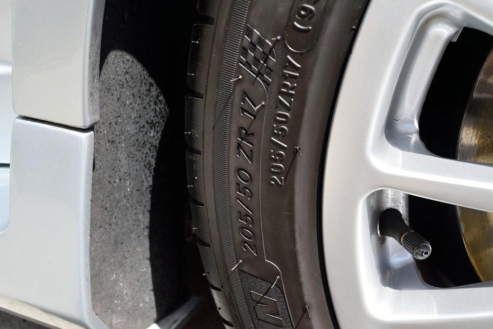 タイヤはフロント、リアでは異なるサイズです。フロントは205/50ZR17・・・。