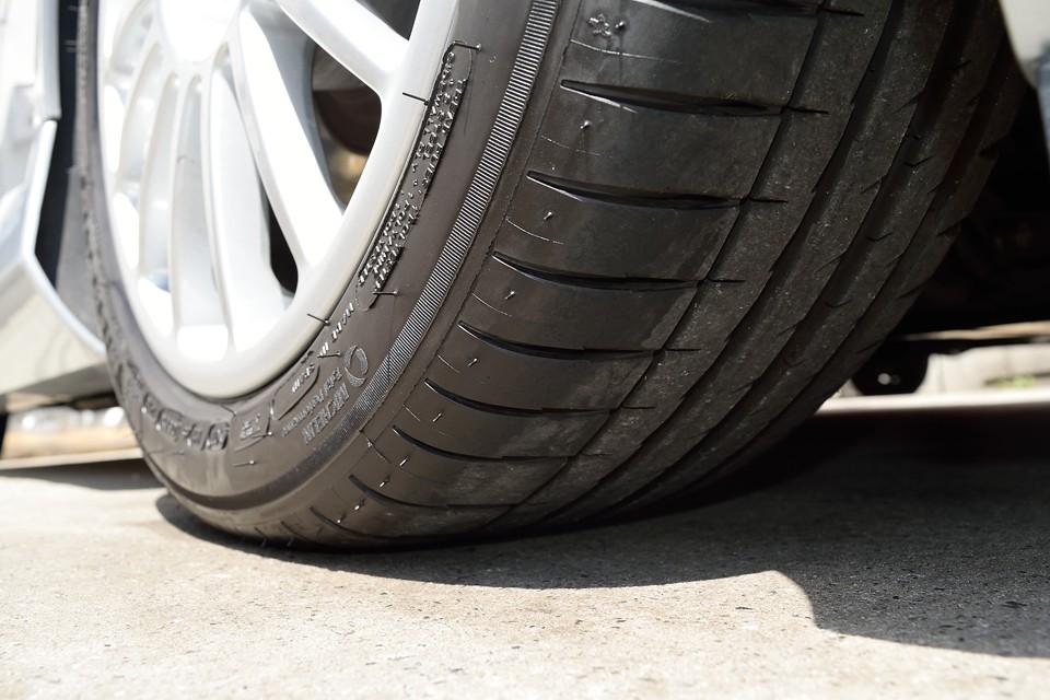 タイヤ残山はフロントはご覧の通りタップリ!って言うか、2018年製なのでまだ交換したばかりの様です。リアタイヤは2014年製で5分山というところでしょうか。ヒビは見受けられませんが、そろそろ交換しても良い時期かもしれませんね。