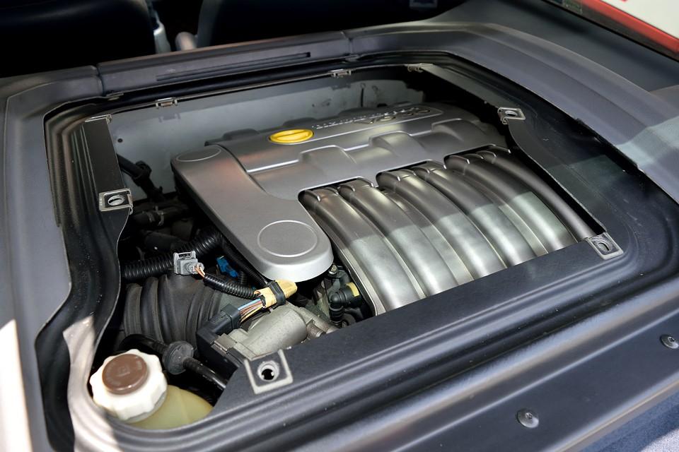 V型6気筒DOHC24バルブ、2946cc、最高出力226ps(166kW)/6000rpm、最大トルク30.6kg・m(300N・m)/3750rpmを発生するエンジン!スペックだけを見るとビックリするほどの数値ではないのですが・・・。