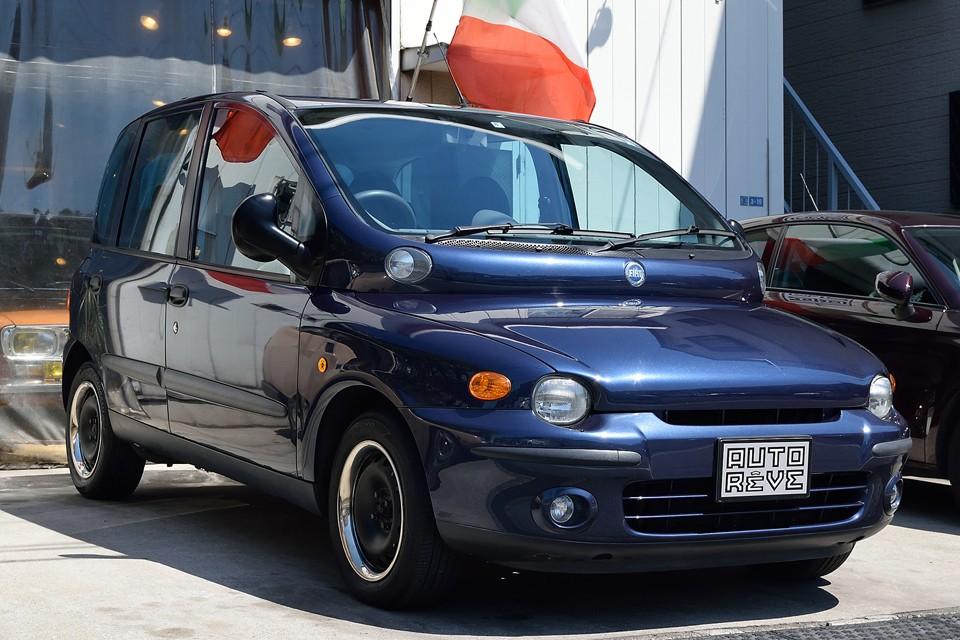 2004(平成16)年式 フィアット・ムルティプラELX!ウーパールーパー的なその姿からは想像できないほど運転の楽な乗りやすいクルマなのです。その上、横3列のアミューズメント感は、楽しいを通り越して、ほとんど娯楽?!