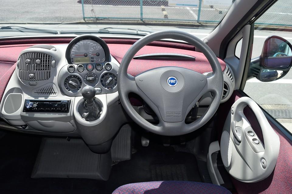 奇抜なデザインながら、視認性、操作性は抜群!ドライバー目線のこの画像だと良くお判りいただけるかと・・・。