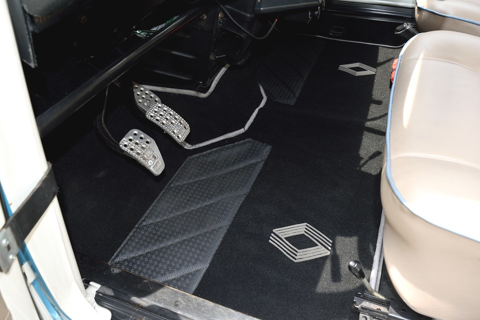 後席、トランクを含む床全面、フロアマットはワンオフ製作したものです。土禁にするかどうかは貴方次第!悩んでください。(笑)