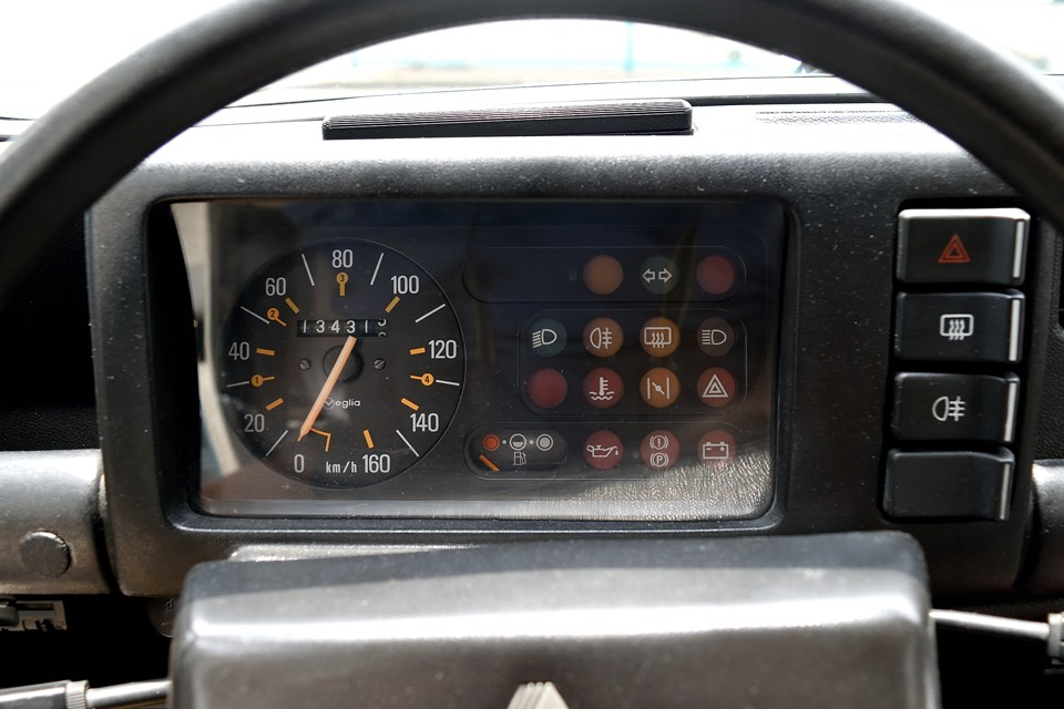 現在オドメーターはご覧の距離ですが、平成26年にご覧の通り、ボディ、エンジン、ミッション、足回り等含め、この状態に仕上げてから、僅か走行4,300kmほど。なのでオドメーターの数字は、あまり参考にならないのではないかと・・・。