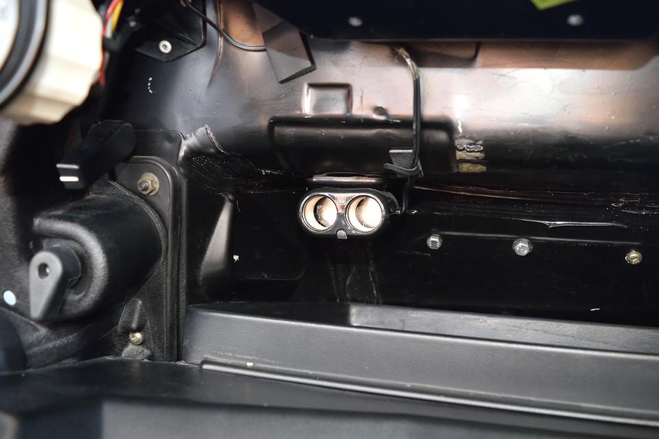 シガーソケットがもともと無いキャトルですが、今やスマホやポータブルナビ電源等に必須!助手席前に2口ソケット取付済です。