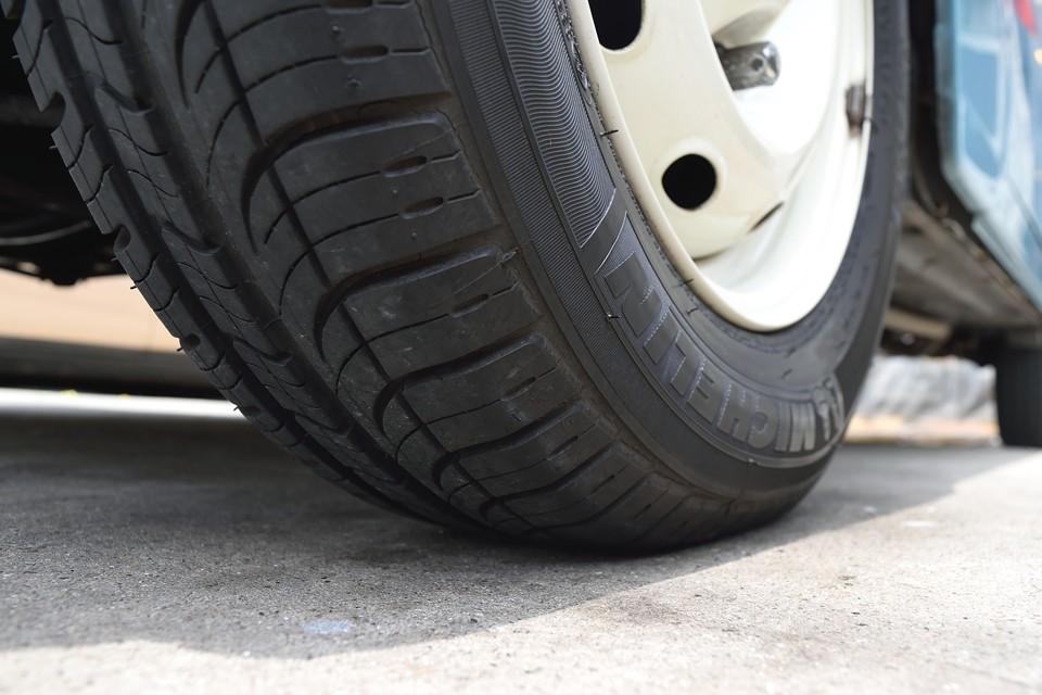 タイヤ残溝はご覧の通りまだまだ十分!6~7分山というところでしょうか・・・ん?でも良~くみると、細かなヒビが・・・まだまだ使えるので、もったいない気もしますが、ここは思い切って・・・ご成約いただきましたら、新品ミシュランタイヤ4本交換サービスします!