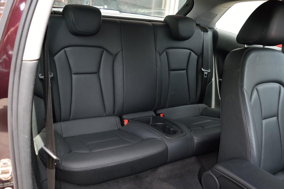 リアシートももちろん本革シート!助手席後方の背もたれ部に若干のキズはあるものの、使用頻度が少ないおかげで、全体的にはキレイな印象で革の状態も良いです。