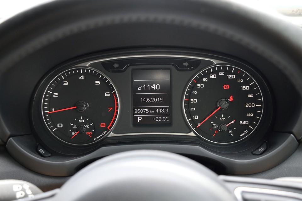 実走行8.6万km!23年車ですから普通に使われてきた妥当な距離ですね。もちろん少ないに越したことはないのですが、23年車で1.0万kmという車両よりは個人的には安心できます。
