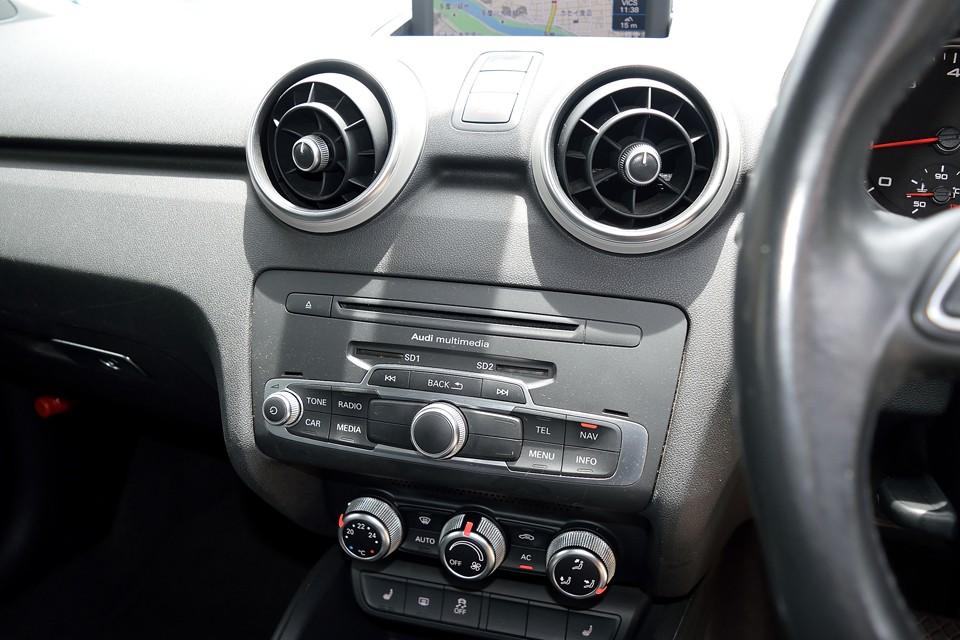 ナビやラジオ、bluetoothや各種車両設定はこのコントロールパネルですべて操作出来ます。使いやすさは賛否両論あるようですが、慣れてしまえば問題ないと思います。