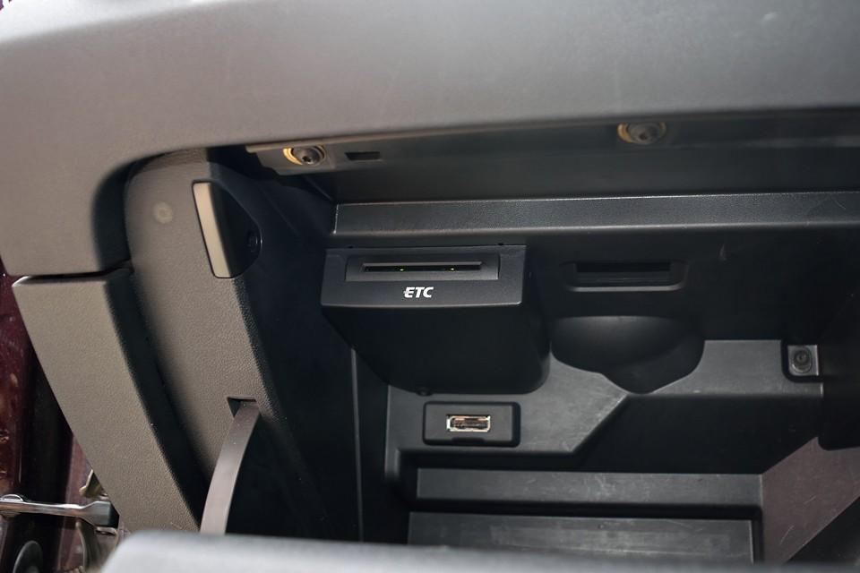 グローブBOX内にビルトインETCを装備。後付みたいに配線も無くスッキリ!外から見えないのもセキュリティを考えたら安心なのです。