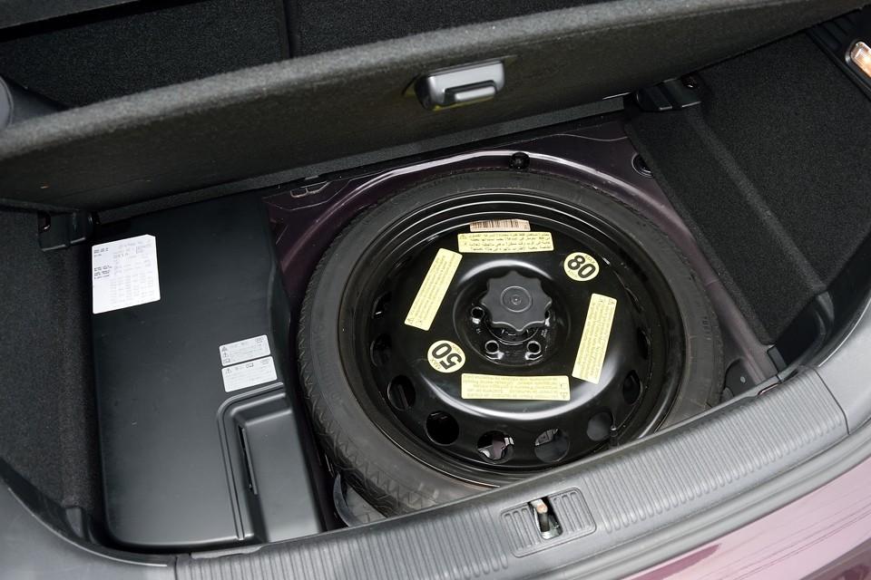 トランク床下にスペアタイヤを装備。未使用のようです。