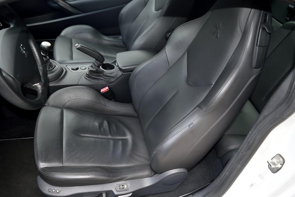 運転席座面に使用感はありますが、乗れば必ずこうなってしまうので致し方ないところかと・・・。酷いスレや破れはご覧の通りありません!