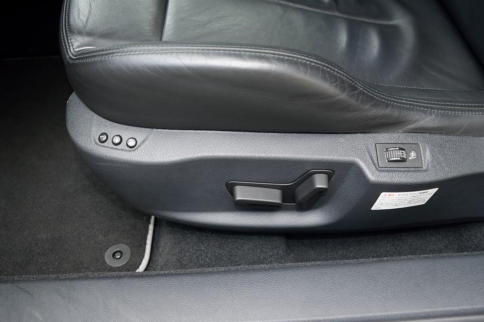 メモリー機能付きパワーシートを装備!調整範囲は大きいのでどんな体型の方でもピッタリのポジションがとれます!シートヒーター装備なのもうれしいですね。