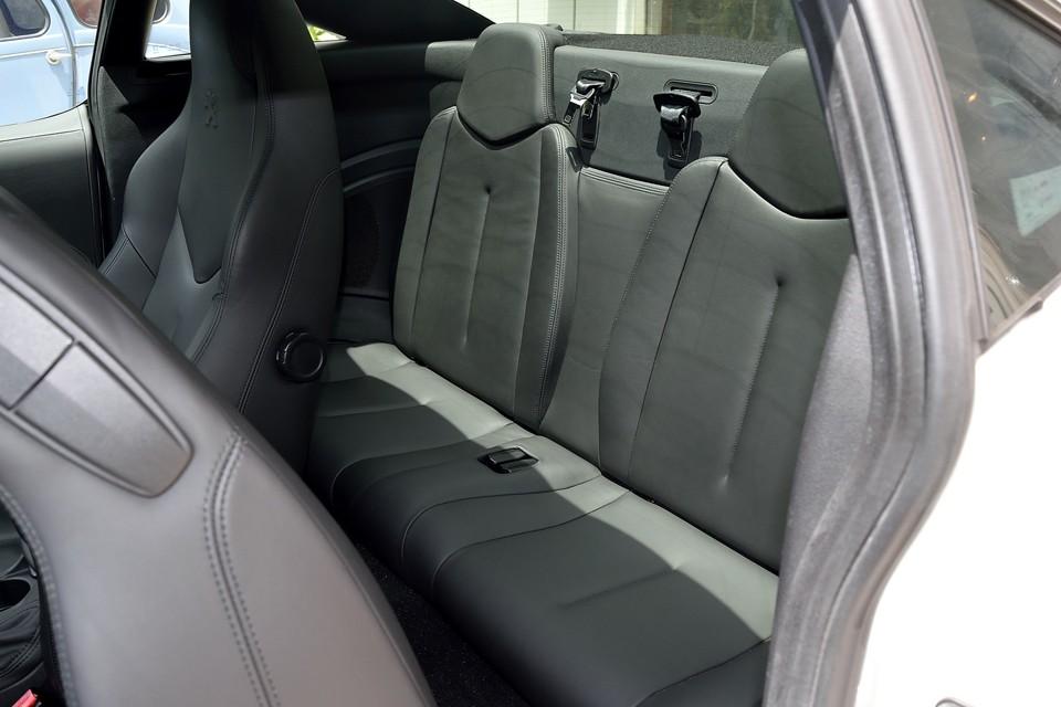 車検証上は4人定員ですが、リアシートはご覧の通りミニマム!フロントシートをかなり前に移動して、やっと座れるかどうかのスペースです。
