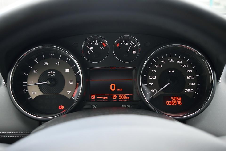 実走行3.7万km!1600ccのクルマなのに時速260kmまで刻まれたスピードメーターにこのクルマの性格が表れてますね。ちなみに気になるタイミング方式は・・・チェーンですのでご安心を!過去整備記録もすべてプジョーディーラーにて実施!これまた安心!