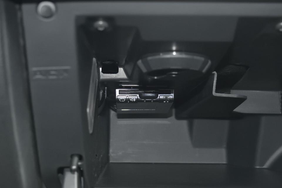 ETCは助手席ごローブBOX内に装備。Panasonic製の音声案内、アンテナ別体タイプです。