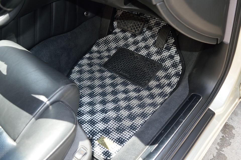 前席、後席ともに足元は高級カーペットの代名詞KAROマットで統一!ボディ&インテリアカラーに合った白黒模様がピッタリ!