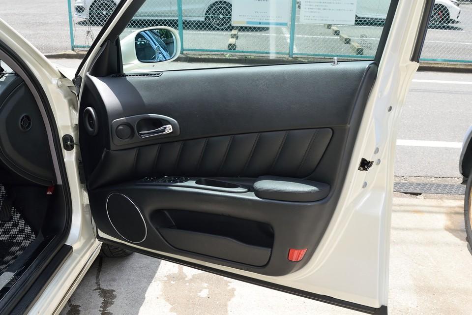 前席ドアの内張りも有機的なデザインですねぇ。目立つ汚れも無く、状態は◎!
