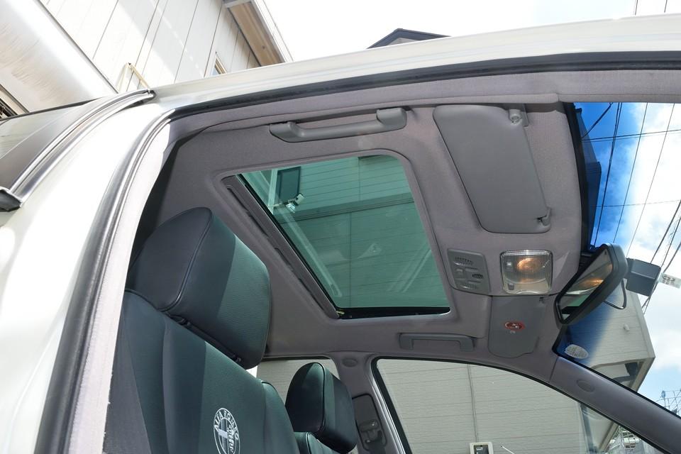 電動ガラスサンルーフの内側にはサンシェードを装備。これを開けるだけでも気持ち良いのですが・・・。