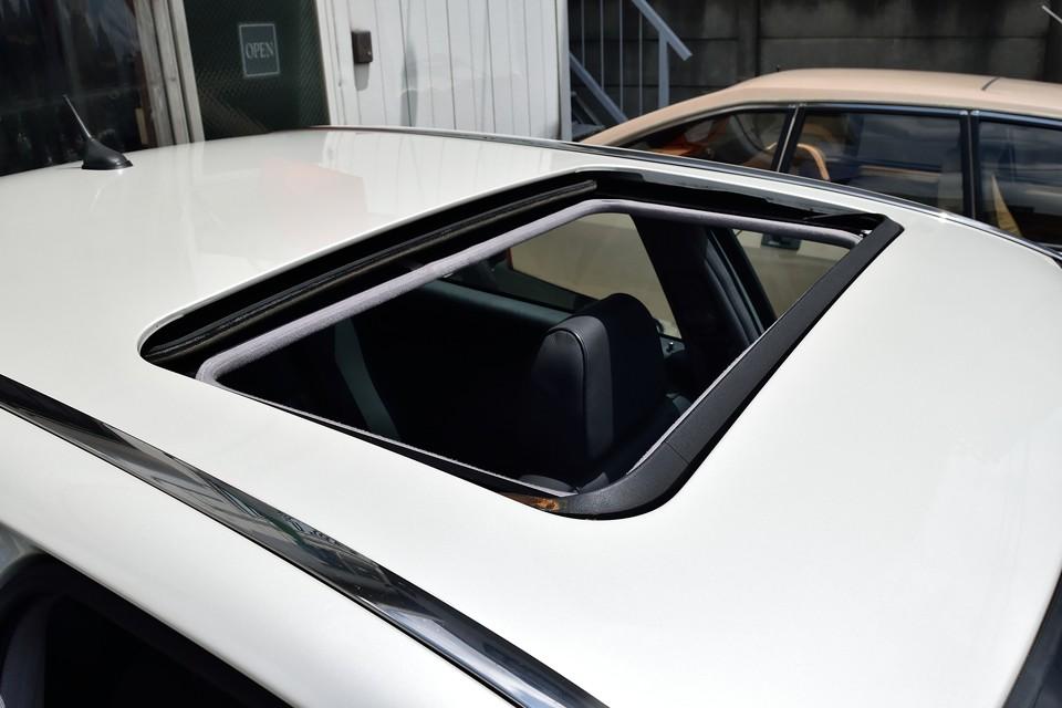 ちなみにサンルーフを開けると前部にリフレクター(風除け)が自動で立ち上がるので、いやな風の巻き込みもほとんどありません。
