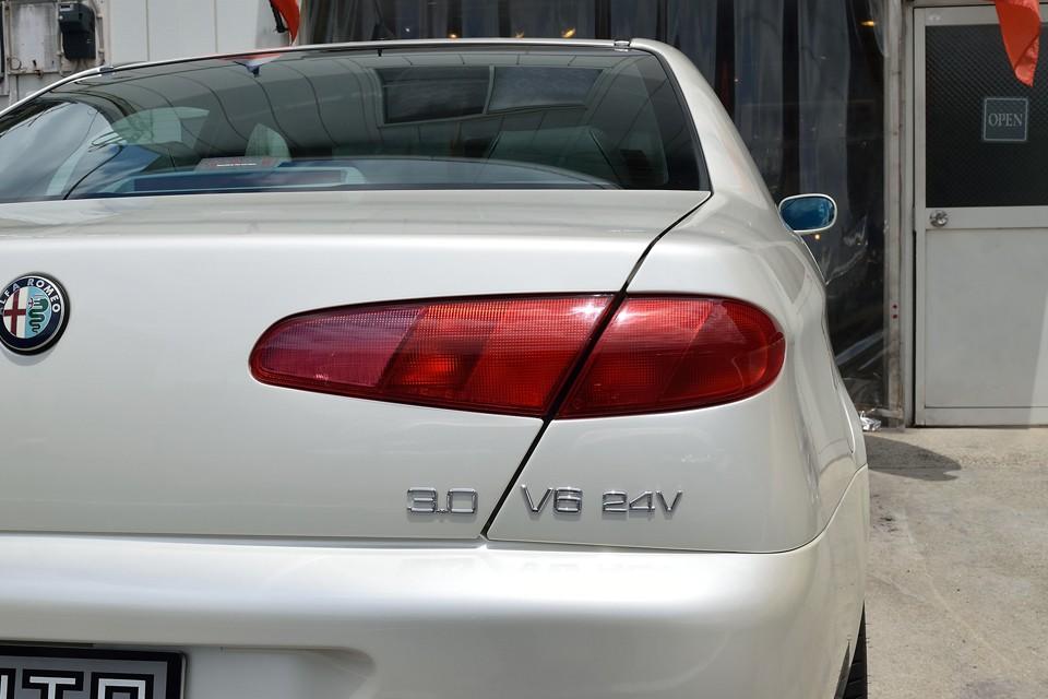 もちろんリアレンズも割れや色褪せは無し!普通、最上級車ともなれば、ゴツイ形状になりがちですが、他メーカーのそれとは違ってデザインコンシャスなこのリアレンズ!アルファらしいところですね。