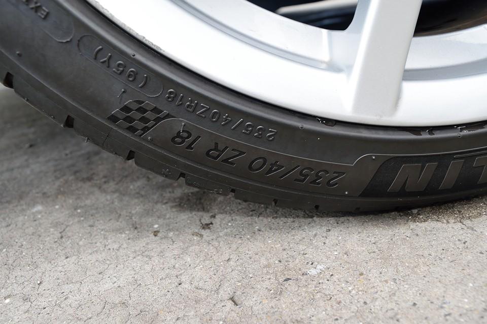 タイヤサイズは235/40ZR18。ミシュランPILOT SPORTS 4を装着してます。
