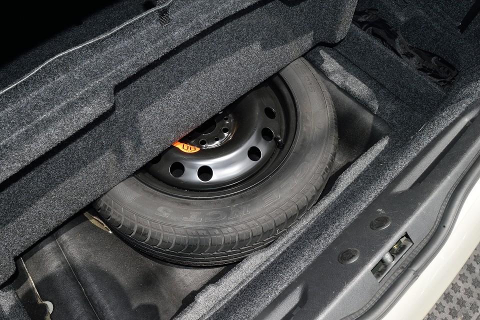 トランク床下にスペアタイヤを収納。使った形跡もないようです。