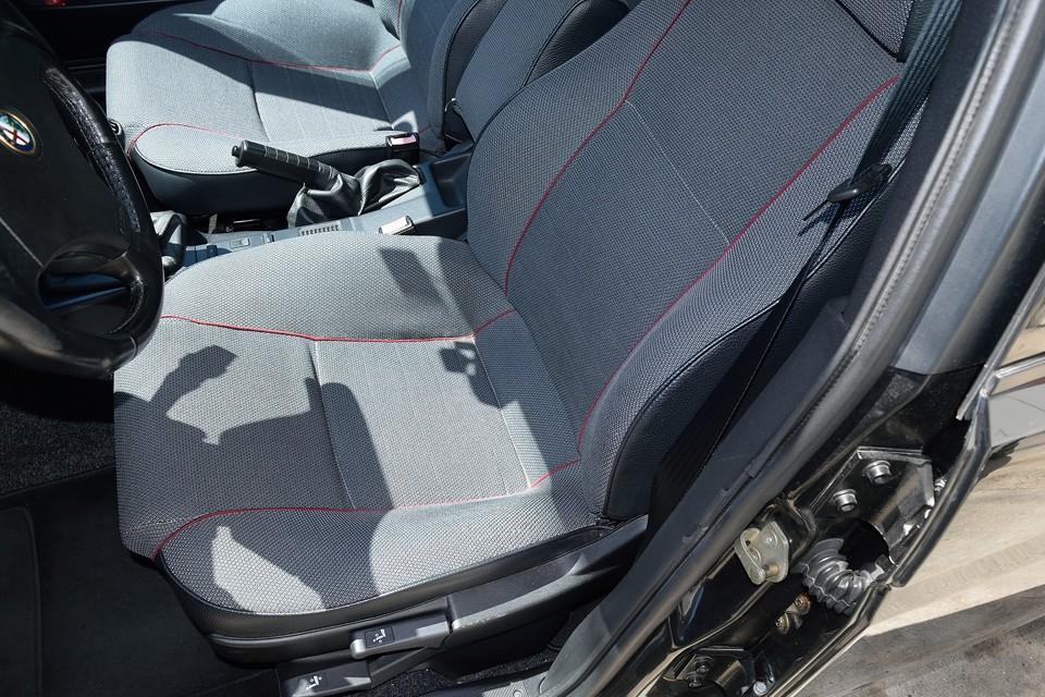 一番使用感の出る運転席でこれです。確かに薄い汚れはありますが・・・3年落ちのクルマでももっと汚いのいっぱいありますがっ!的な。